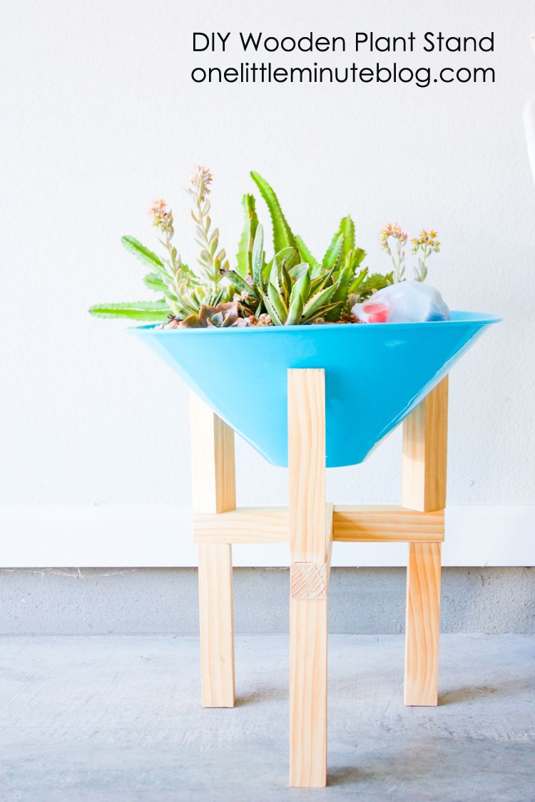Simple, modern DIY wooden plant stand with full instructions. Because no one can ever have too many plants.