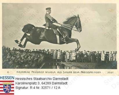 Wilhelm Kronprinz v. Preußen (1882-1951) / Porträt als Sieger beim Preisspringen, zu Pferd vor Zuschauermenge über einen Wassergraben springend, im Profil, Ganzfigur