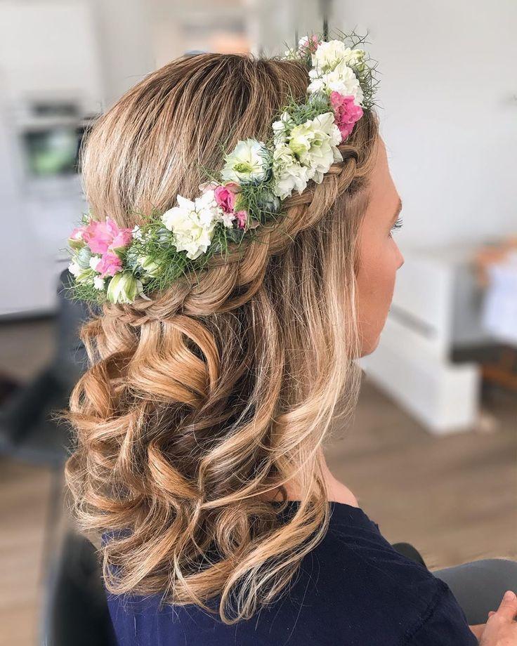 Eine Schone Halboffene Frisur Mit Einem Blumenkranz Ideal Fur Braute Blumenkranz Haare Frisur Blumenkranz Frisur Kranz