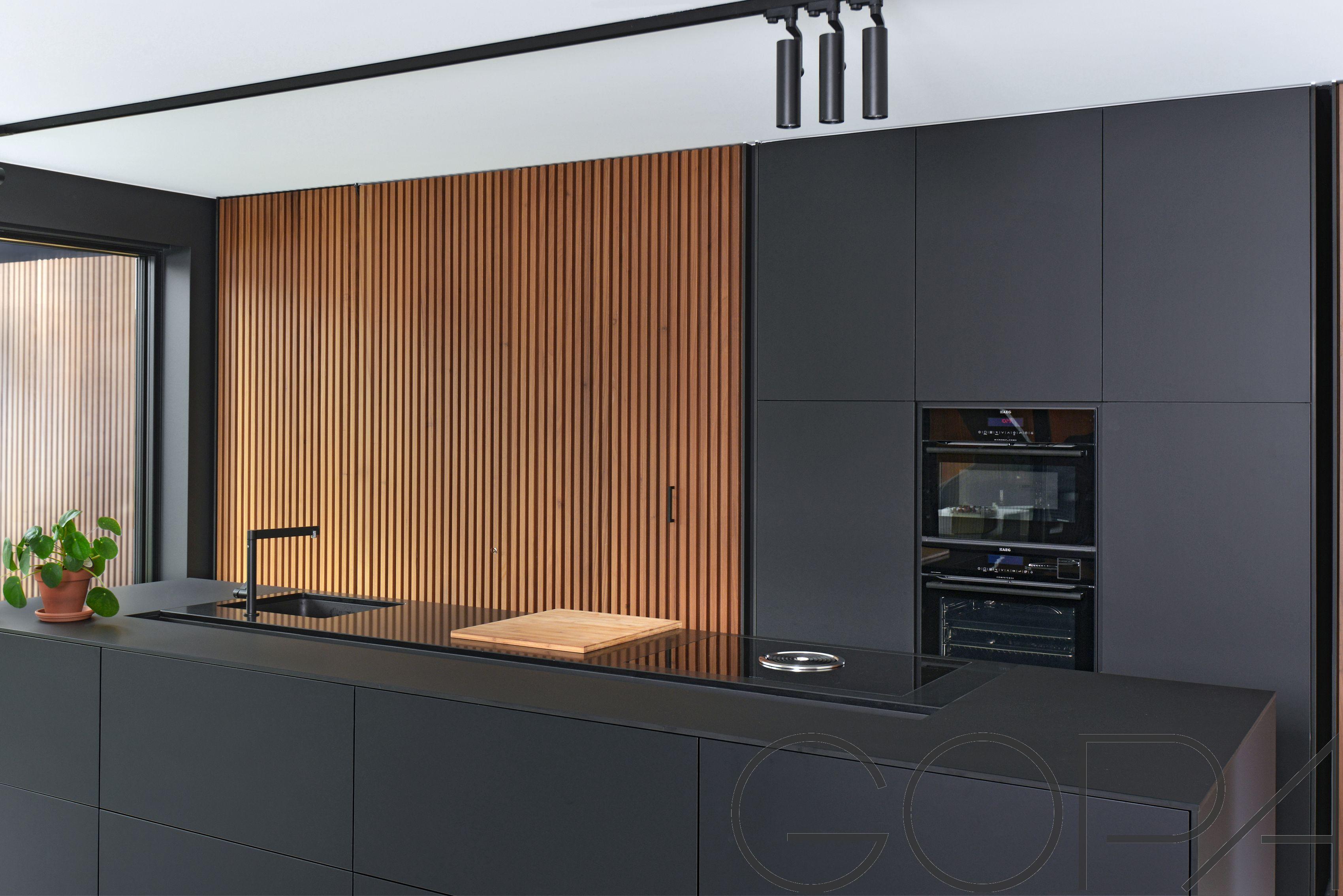 Strakke Zwarte Keuken : Trendy in mat zwart met aeg toestellen bora inductievuur en strakke