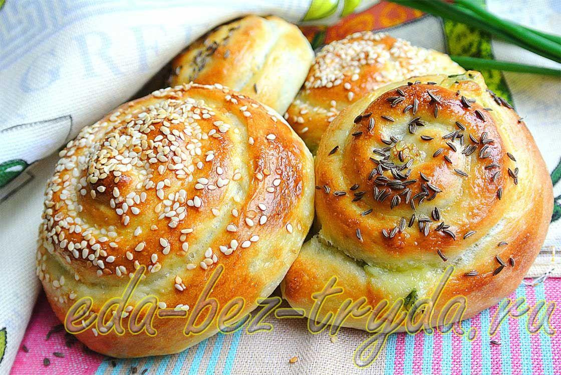 Мягкие булочки-улитки с 2-мя видами сыра и зеленым луком ...