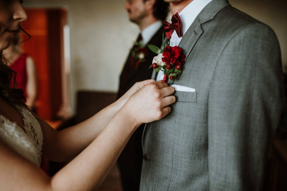 Bordowa Butonierka Slubna Z Dalia Claret Wedding Buttonhole Idea With Dahlia Zapoznaj Sie Z Moim Portfolio Botamika Holding Hands