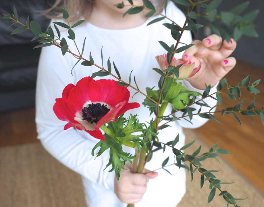 kirkkaanpunainen anemonekimppu