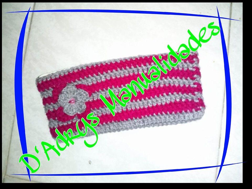 Lapicera para niña tejida con ganchillo. En colores fushia y gris. Con detalle de flor.