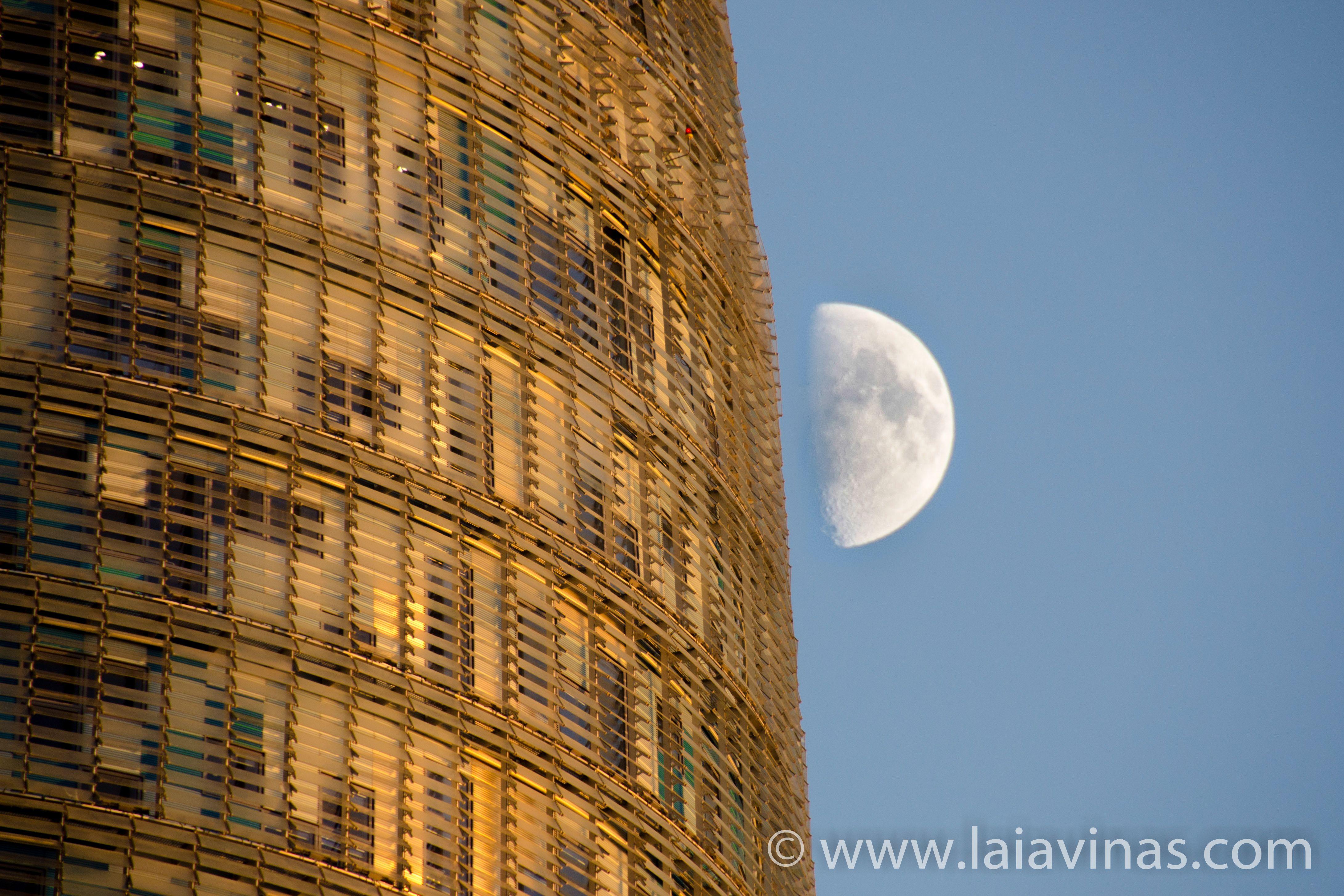 I know I know, no és la Superluna, és feta uns dies abans, però ja que la lluna ens va fer parar a Barcelona, sortiré de l'Índia uns dies per retratar la meva ciutat :-)