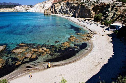 Sable fin et eau translucide: 76 plages ponctuent la côte en dentelle de Milos. Fyriplaka est l'une d'entre elles.