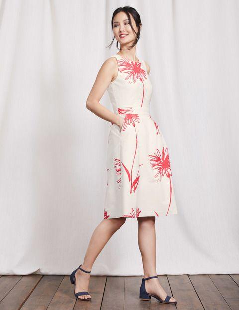 Dieses klassische Kleid mit farbenfrohem Blumenmuster begleitet Sie direkt vom Dinner zur abendlichen Feier. Mit einem Hauch von stretchigem Elasthan im strukturierten Baumwollgewebe sitzt das taillierte Oberteil bequem, während der Faltenrock genug Bewegungsfreiheit bietet, um die Nacht durchzutanzen.