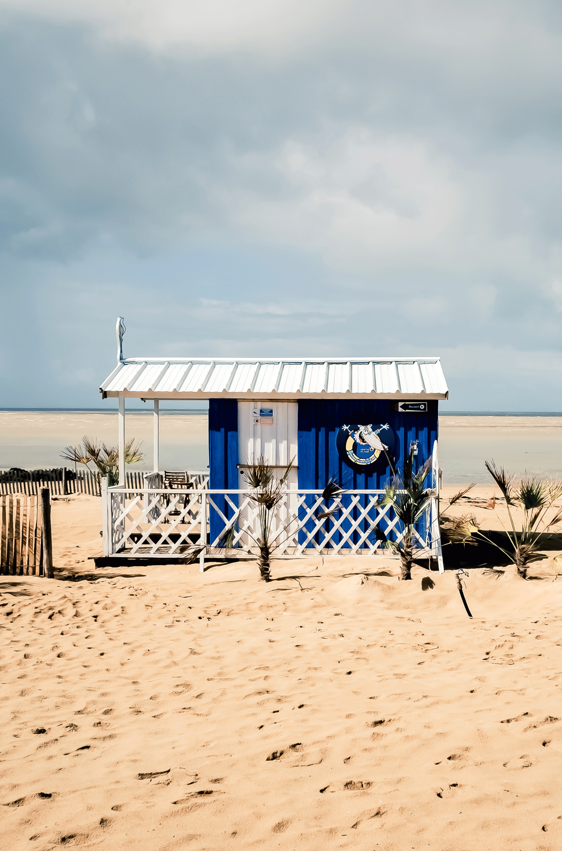 petite cabane en bois sur la plage de la rochelle par. Black Bedroom Furniture Sets. Home Design Ideas