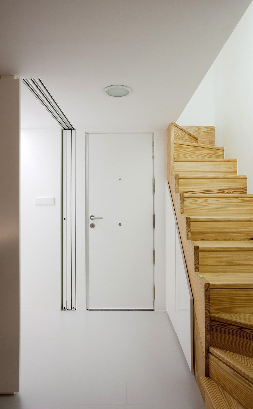 kleine Holz-Treppe und erstaunlich stark weiße kleine Innenraum ...