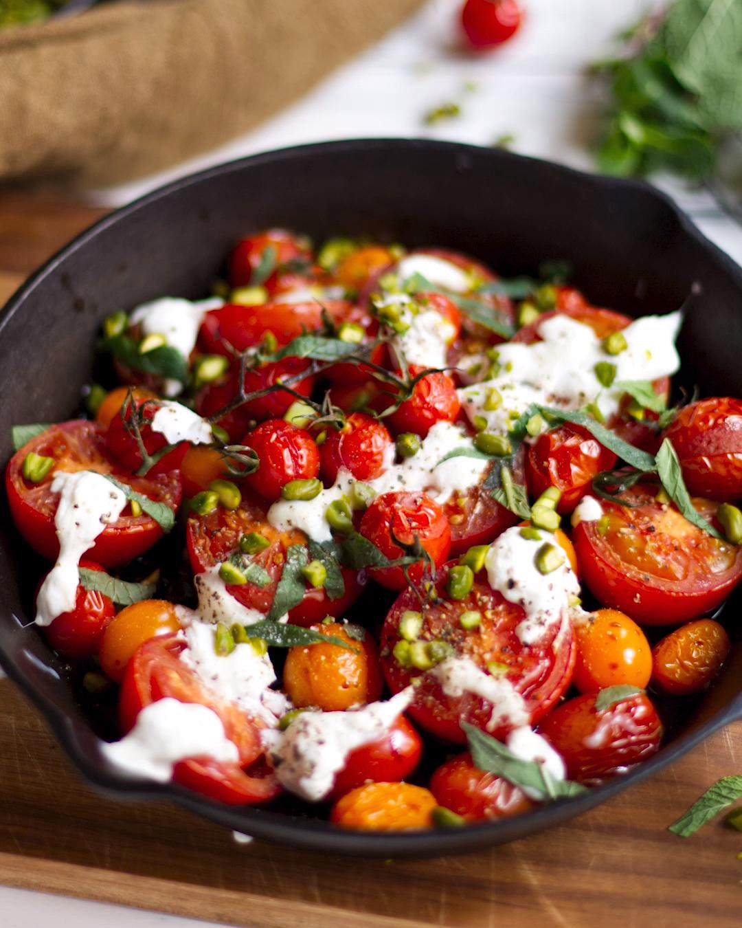 Abendessen ohne Kohlenhydrate:Ofentomaten mit Burrata und Pistazien| EAT SMARTER – Carey&CleanEatingS