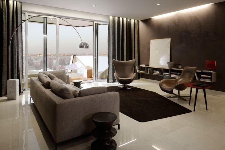 Wohnzimmer stehleuchte ~ Stehleuchte flos arco in einem modernen wohnzimmer in braun