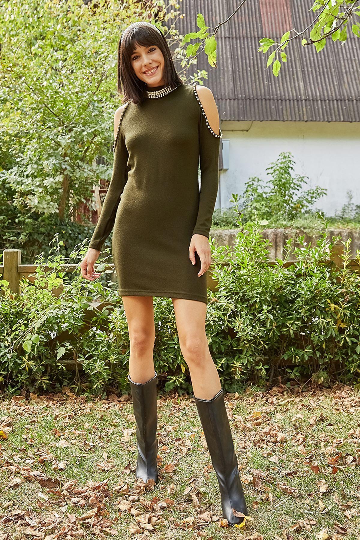 فستان قصير مفتوح على الكتف لون زيتي