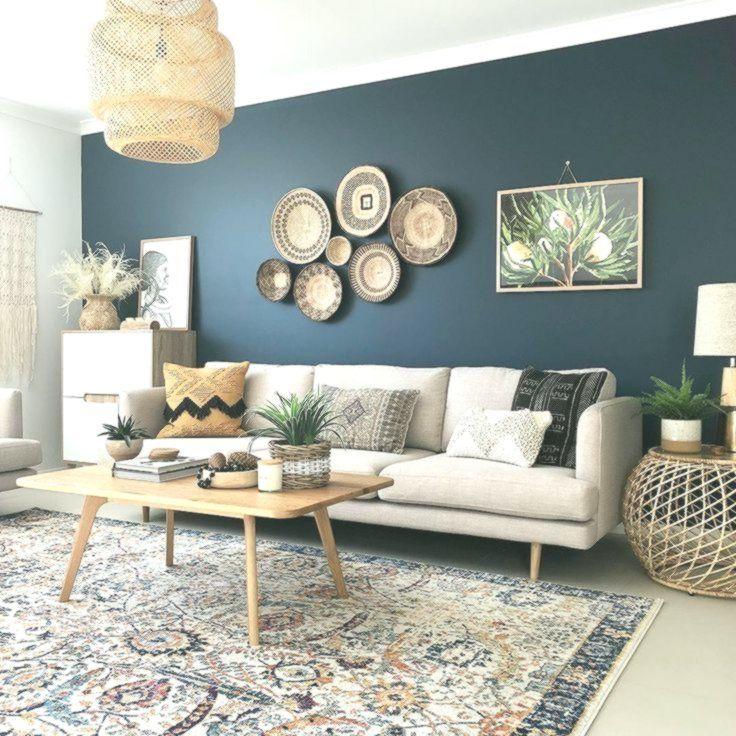 Un Muro Di Accento Blu Scuro Con Divano Color Crema Cesti Di Vimini E Un Cesto Di Vimini Arredamento Bohemien Arredamento Arredamento Salotto Design