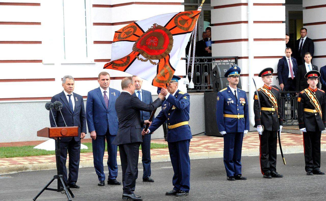 Владимир Путин посетил возрождённое Тульское суворовское военное училище. Глава государства принял участие в торжественной церемонии вручения знамени училища воспитанникам ТлСВУ.