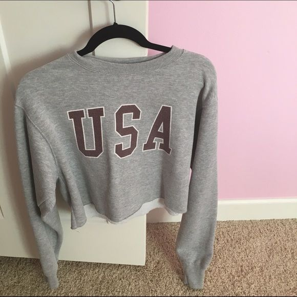 Brandy Melville USA Sweatshirt Very cute, great condition! Very soft in the inside. Open to trades (depending on what you have) and price is negotiable! Brandy Melville Sweaters Crew & Scoop Necks