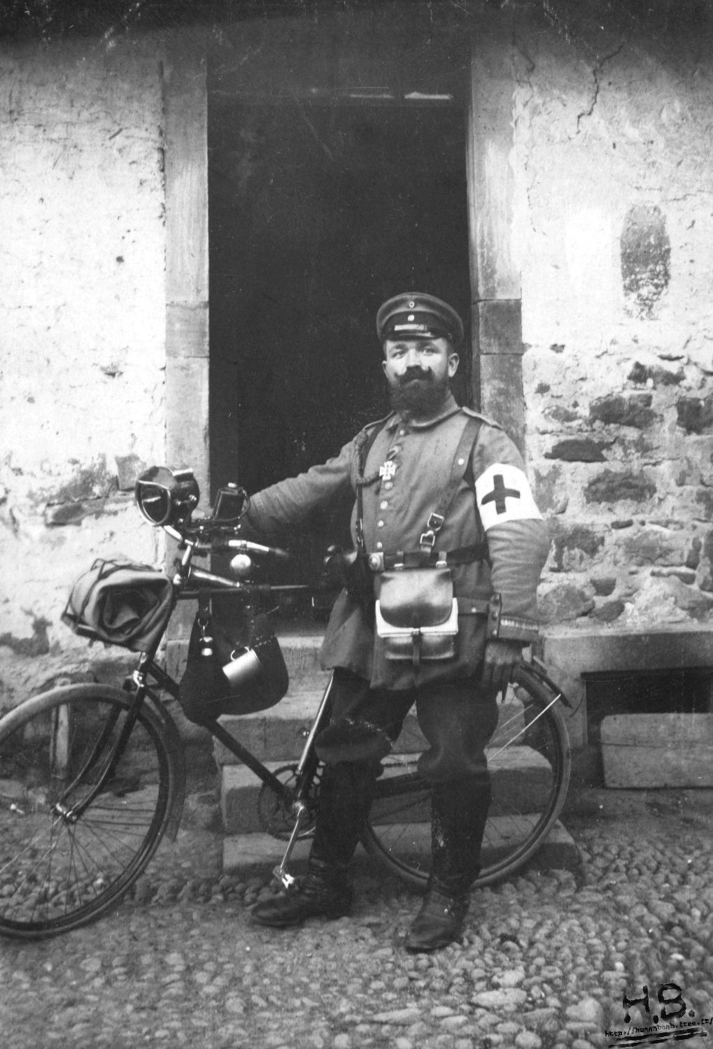WW1 medic with his bicycle. http://humanbonb.free.fr/Phototheque/images/phototheque/normal/164275305488.jpg