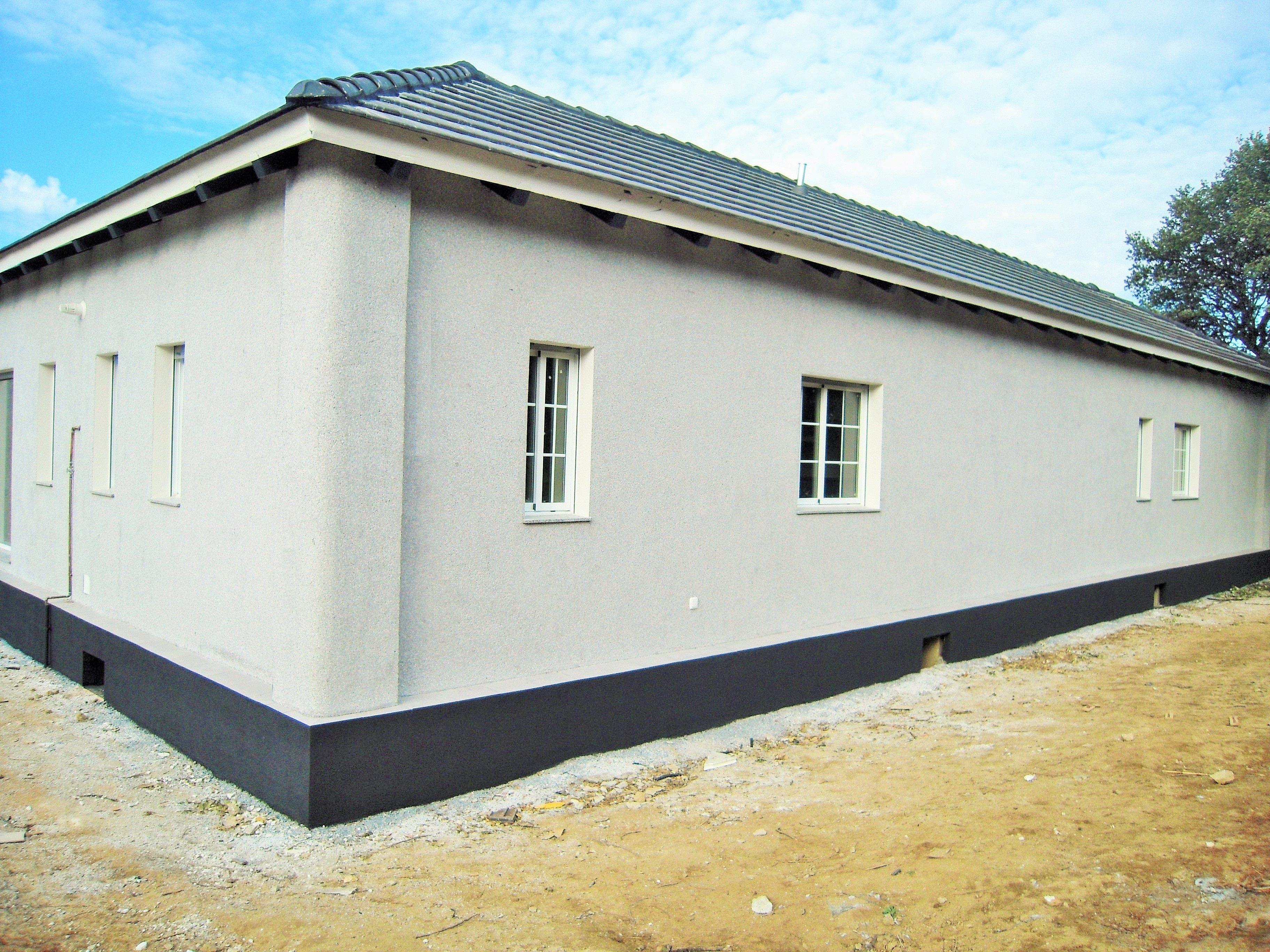 Acabado en monocapa gris en una de nuestras viviendas prefabricadas de hormigon www - Acero casas prefabricadas ...