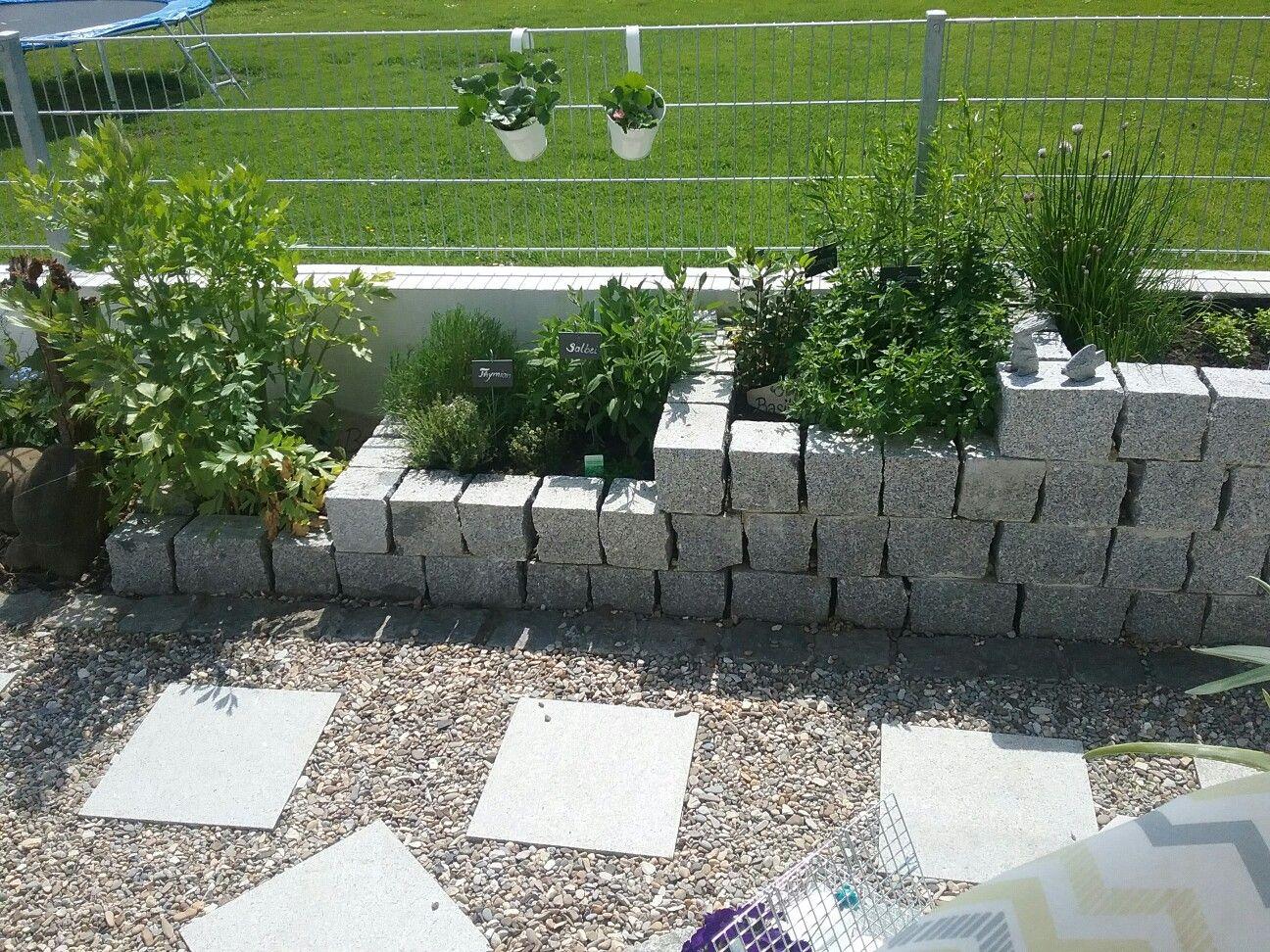 Krauter Im Hochbeet Aus Graniteinfassung Garten Krauterbeet Gemusebeet