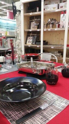 Atelier. Janvier 2016. Table. Rouge, noir, gris, blanc.