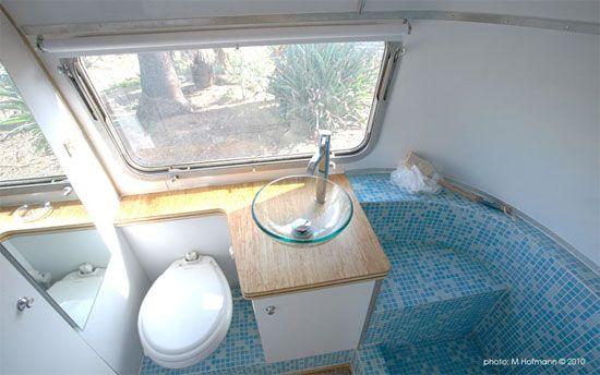 Badkamer in gerenoveerde airstream caravan | Pipowagen | Pinterest ...