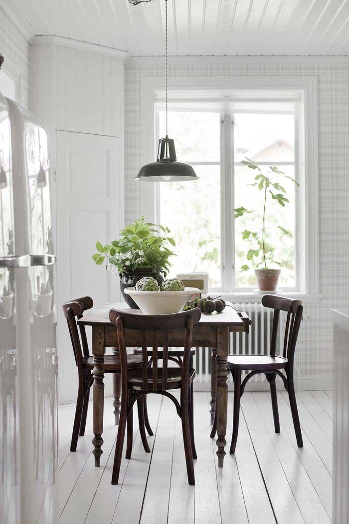 Kolme kotia - Three Homes   Päivän kaksi kotia löytyvät Ruotsista ja yksi Norjasta. Kaikki kolme ovat valoisia, pääväriltään valkoisia sekä...