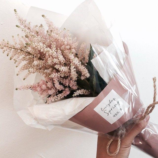 """플로리스트 이지나 Jina Lee on Instagram: """". 오늘의 데일리플라워 ver.2 [아스틸베 미니다발] 이계절에만 만나볼수 있는 아이들중 제가 정말 애정하는 핑크아스틸베에요-� . . #꽃 #꽃집 #꽃스타그램 #플로리스트 #내일도봄 #예쁜꽃집 #flower #florist #flowershop…"""""""