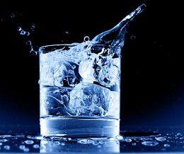 Beneficios del agua helada para bajar de peso
