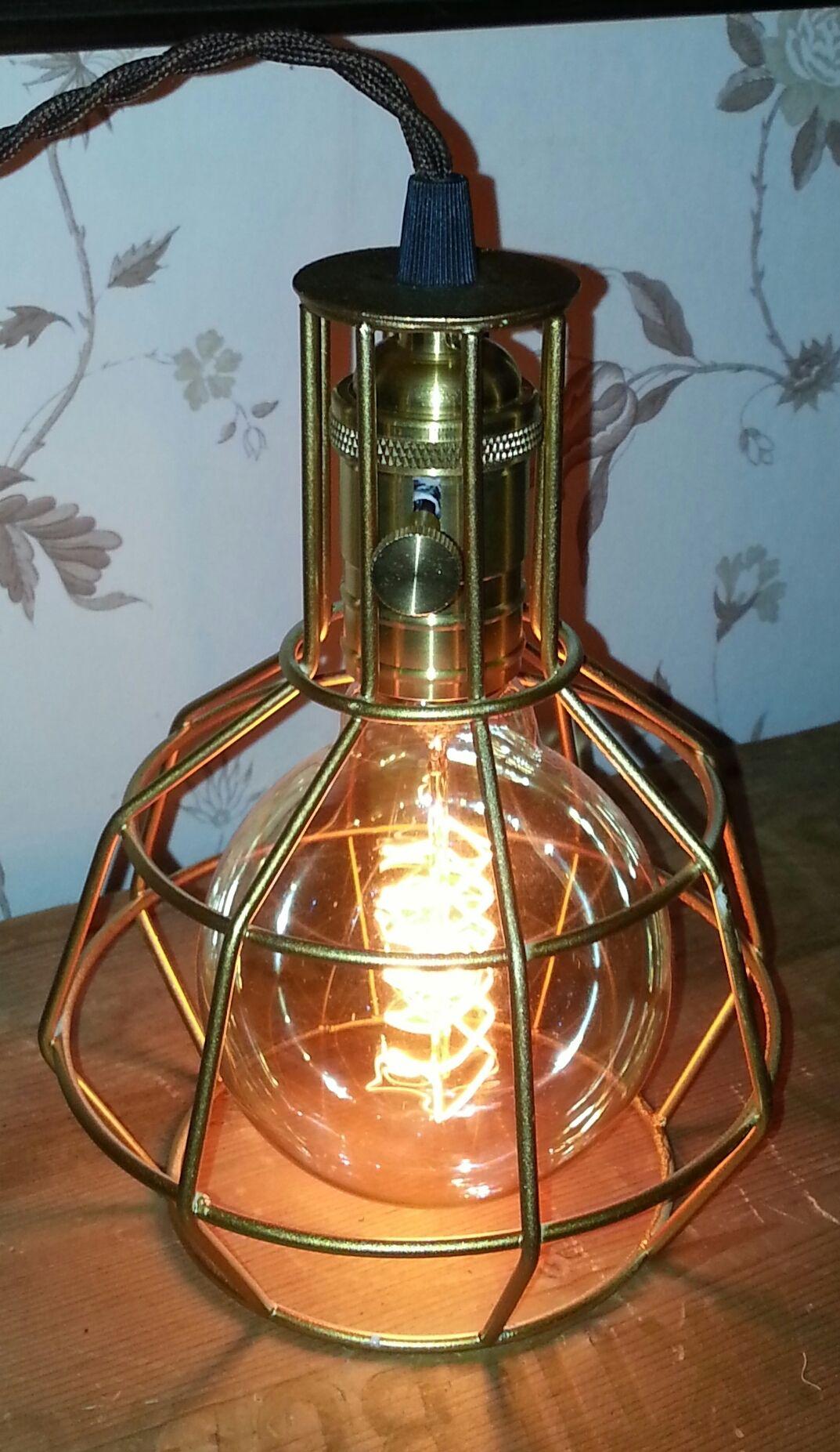 Burlampa i lite mordernare stil, 22 cm hög och diametern är 15 cm. Klassisk lamphållare i mässing med strömbrytare, 3 meter brun tvinnad textilkabel och eu-kontakt. 40 watts G95 koltrådslampa ingår. Pris inkl. frakt inom Sverige, hämtpris i Stjärnsund 700:-  760 SEK