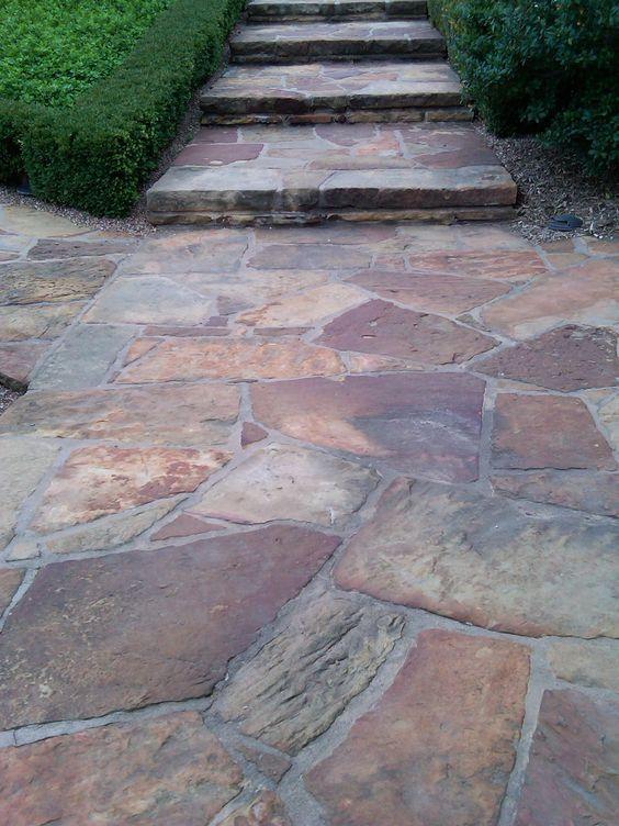 21 fantasticas maneras para incluir piedra laja en el for Ver pisos para patios