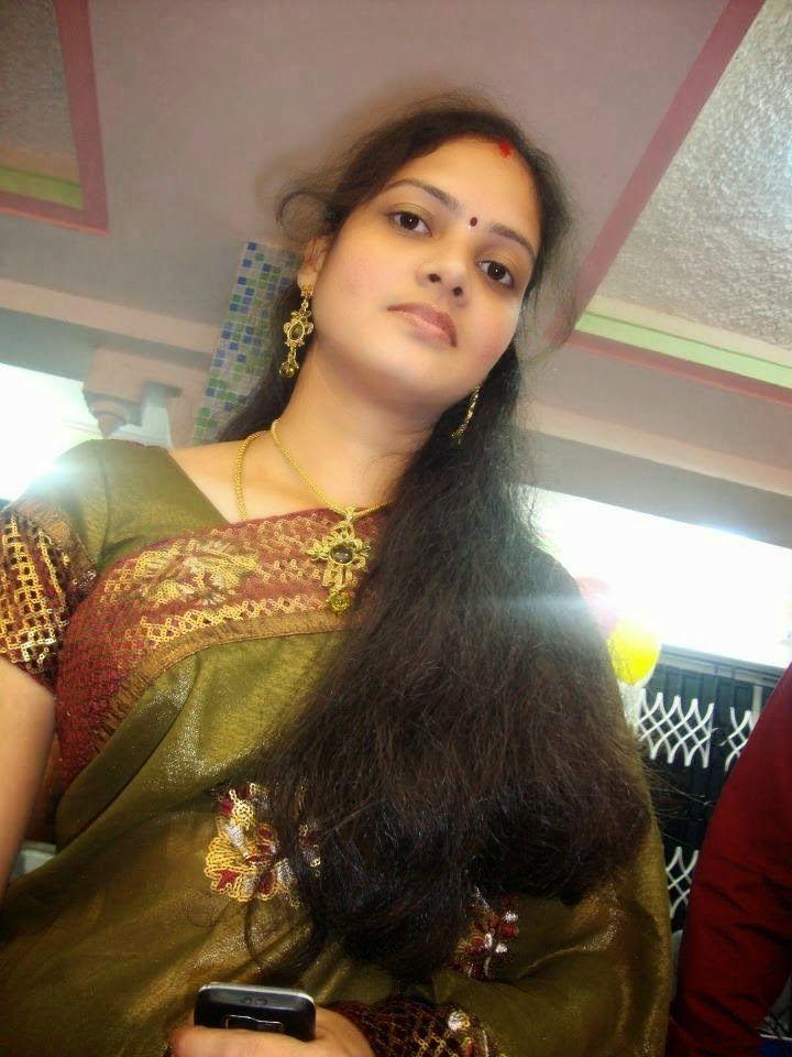 Desi Beautiful Indian Hot Housewife In Saree Photos