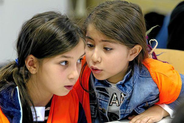 To ud af de tre tyrkiske piger var nok de yngste i flokken af 17 udenlandske skoleelever, der i denne uge besøger Ravnsholtskolen for at snakke om, hvad der giver glade elever og god læring. Foto: Kim Rasmussen