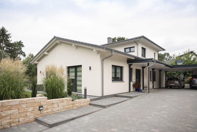 Fertighaus Bungalow Mit Satteldach Carport Weberhaus Winkelbungalow In 2020 Fertighaus Bungalow Winkelbungalow Bungalow