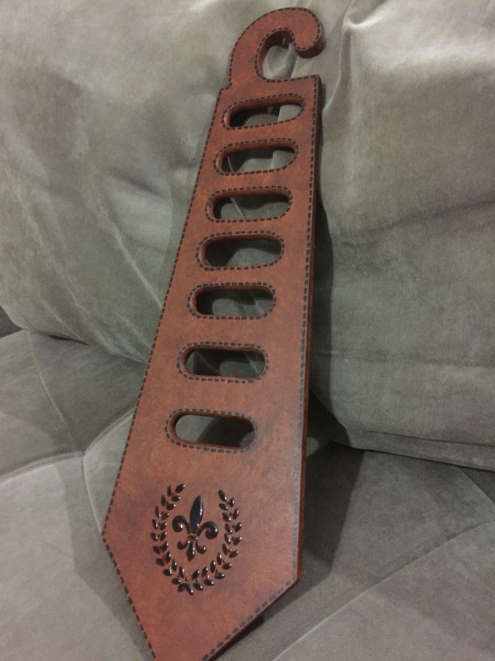 Cabide para gravatas com efeito de couro, aplicação de stencil e relevo