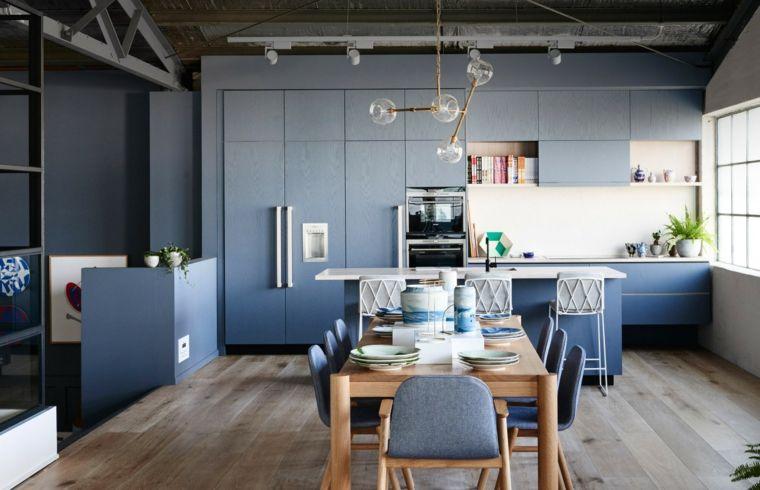 Cucina a vista con parete attrezzata isola con sgabelli e tavolo