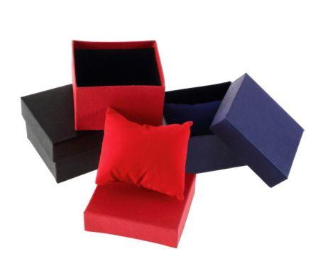 Darčeková krabička s vankúšikom na hodinky. Krabička obsahuje vankúšik do ktorého obalíte Vaše luxusné hodinky alebo iný šperk. Hodí sa ako darček k hodinkám alebo šperkom. Krabička je vo viacerých farebných variantoch.  Kúpili ste hodinky pre svojho blízkeho a nemáte ich do čoho zabaliť? Zabaľte ich do originálnej krabičky. Ponúkame vám túto nádhernú krabičku s vankúšikom, ktorá dodá Vášmu darčeku eleganciu.