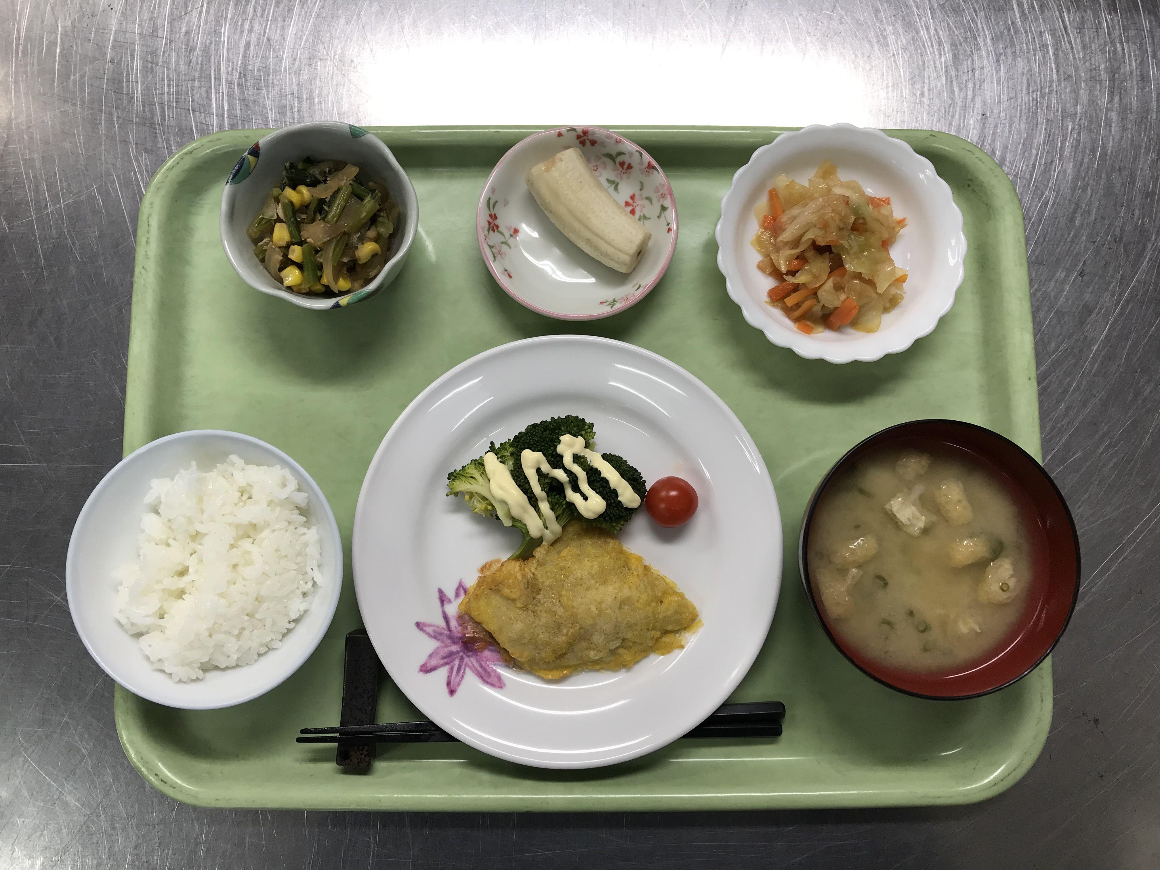 2月1日。白身魚の黄金焼き、青梗菜とシーチキンのソテー、カブの中華サラダ、里芋と揚げの味噌汁、バナナでした!青梗菜とシーチキンのソテーが特に美味しかったです!604カロリーです