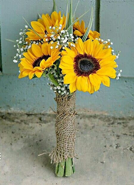 Yellow Daisy And Baby S Breath Centerpiece Yellow Wedding Centerpieces Yellow Flower Centerpieces Daisy Centerpieces