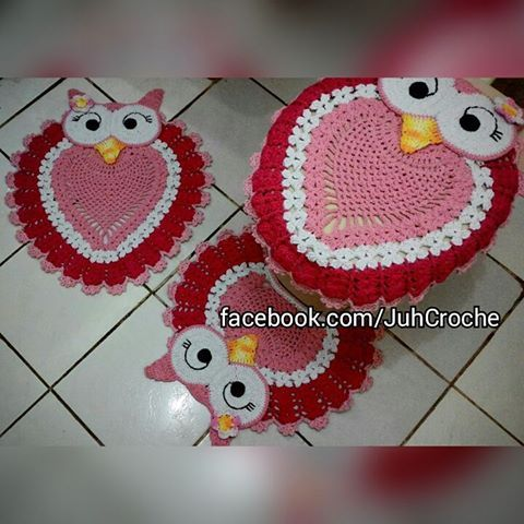 Jogo de Banheiro Corujinha Feliz #juhcroche #jogodebanheiro #artesanato #amocoruja #artecomeuroroma #barbantesecologicos #croche #crocheting #crochetaddict #crochetando #crochetlove #crochetlover #euamocrochet #ecoyarn #euquefiz #eurofios #feitoamao #handmade #instacrochet