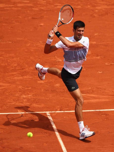 Novak Djokovic Of Serbia Plays A Backhand During Mens Singles Quarter Finals Match Against Dominic Thiem Of Austria On D Novak Djokovic Roland Garros Actualite