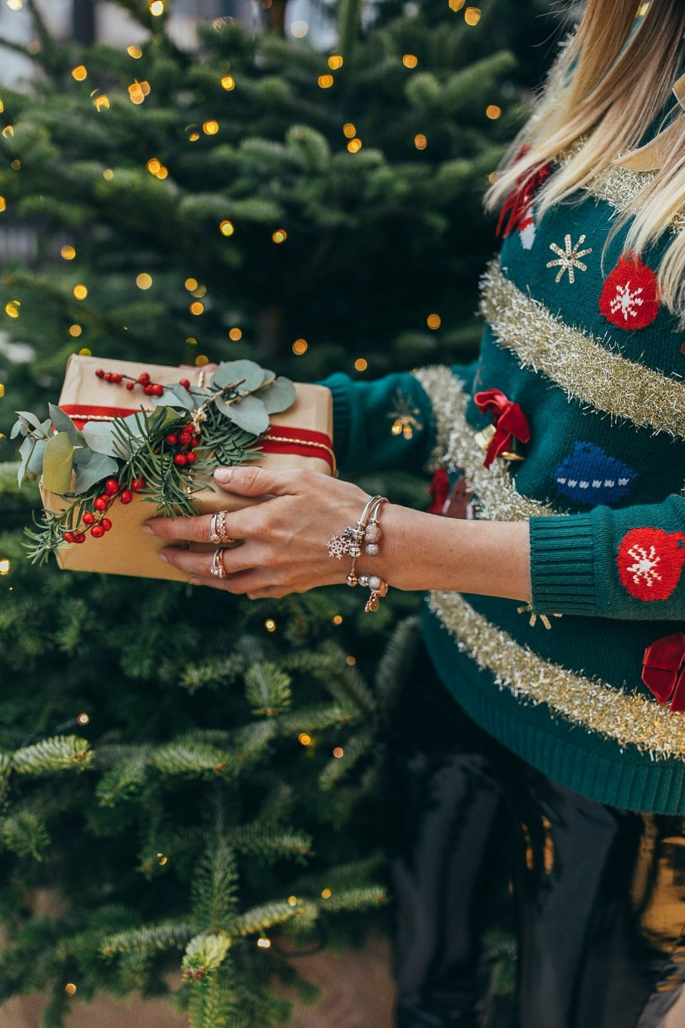 In love with cute, funny and cosy sweaters for christmas. #christmas #christmaslook #christmassweater #xmassweater #cosyknit #xmastime #winterfashion #fashion #blogger #bloggerin #fashionblogger #gift #xmasgift #christmasgift #outfitinspiration #vinyl #vinylpants #leatherpants #jewellery #schmuck #details #giftguide