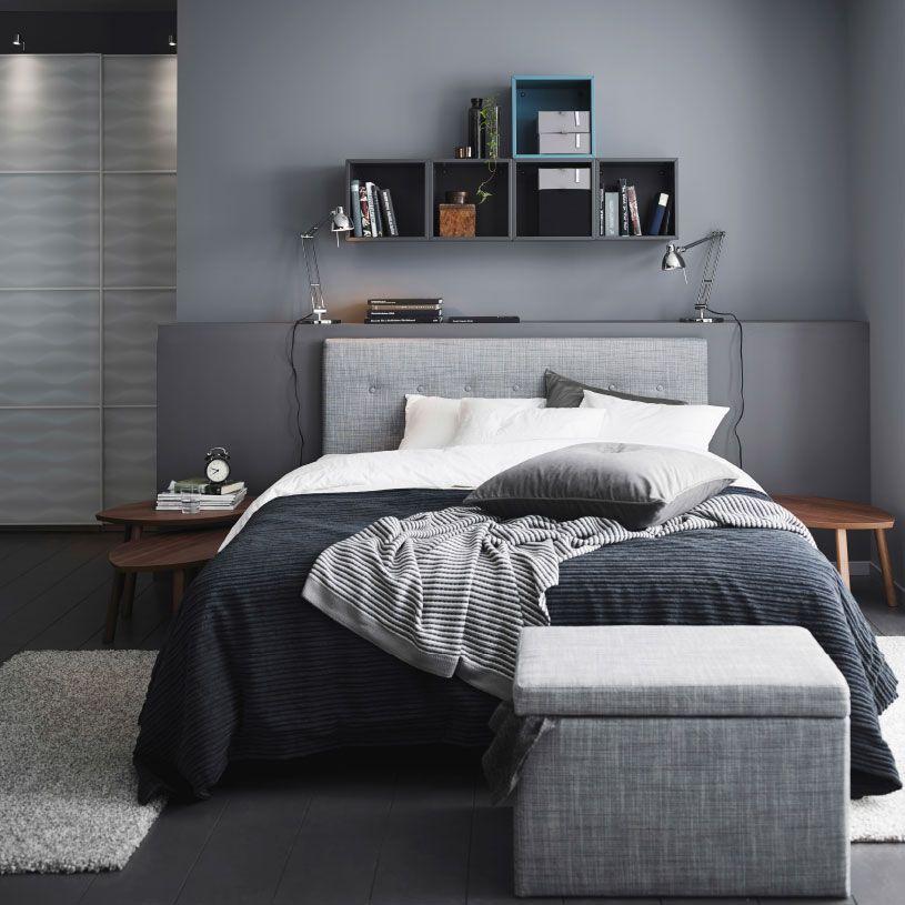 Ein graues Schlafzimmer mit ÅRVIKSAND Bettgestell mit Kopfteil in - schlafzimmer weiß grau