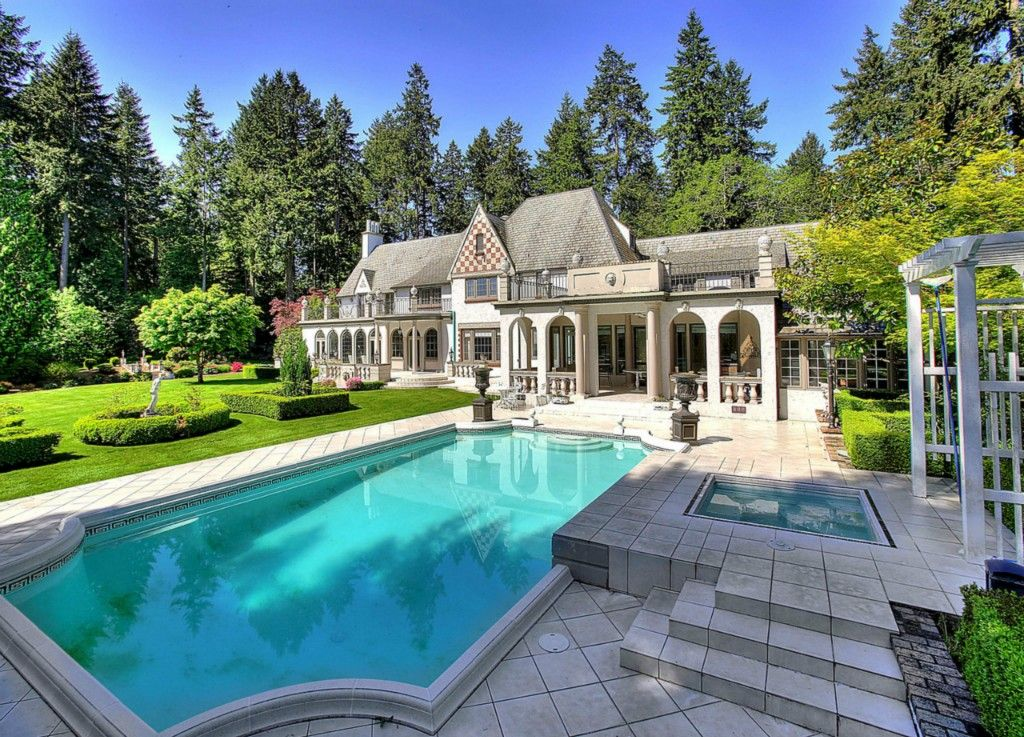 Elegant estate with luxurious grounds and property