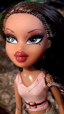 Bratz Doll Lot Yasmin Green Eyes Cloe Blue Eyes With Clothes Black Bratz Doll Bratz Doll Makeup Green Eyes