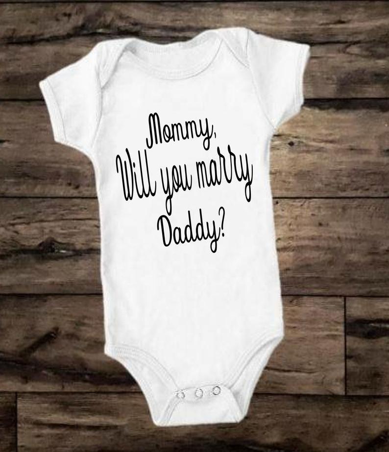 Mama heiraten Sie Vati-Antragsbodysuit, Kinderantragst-shirt, Antragsideen, Verlobungshemden   – Etsy Ebay Amazon Finds! PIN FOR PIN BOARD! *