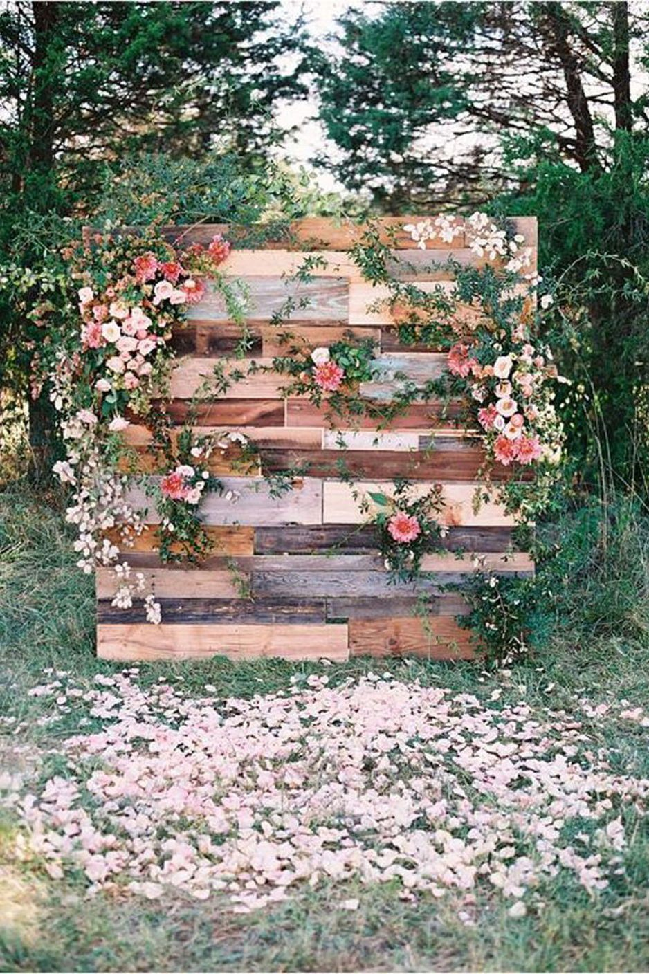 How cute is this DIY photo backdrop?! It is the perfect rustic photo backdrop for your outdoor wedding. Check out our round-up of 45 rustic wedding ideas to collect even more. #bohowedding #boho #wedding #colors