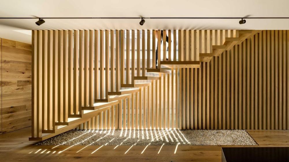 Una Escalera De Roble Celosia Filtro Visual Y Protagonista Espacios En Madera Arquitectura Diseno De Escalera Estudio De Arquitectura