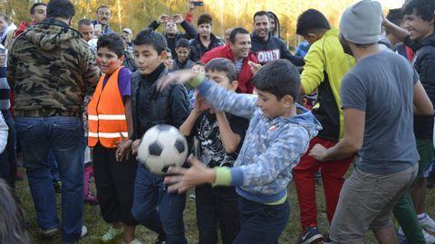 Turvapaikanhakijoiden ja lahtelaisten jalkapallo-ottelussa haettiin yhteisymmärrystä ja iloa. Hennalan nurmella jakoi ohjeita myös FC Lahden päävalmentaja, jolle tultiin jo kauppaamaan pelaajia. Irakilaisten turvapaikanhakijoiden joukosta paljastui vähintäänkin puoliammattilaisia.