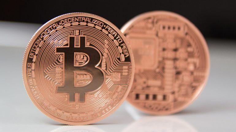 """Bolsa de derivados de Chicago vai admitir negociação de contratos futuros de """"bitcoin"""", como se de petróleo ou de ouro se tratasse. Com a confirmação da notícia, a """"bitcoin"""" superou os 12 mil dólares. http://observador.pt/2017/12/06/bitcoin-vai-mesmo-para-a-bolsa-e-supera-os-12-mil-dolares/"""