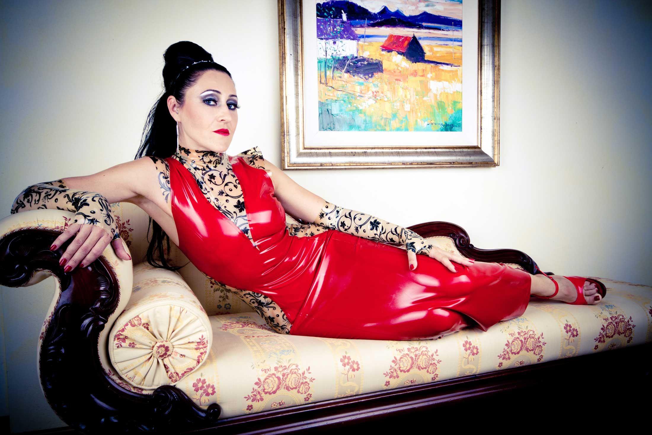 Die sinnliche Schönheit der Aspen Rae verführt Ihren verführerisch Lesbisch freundin