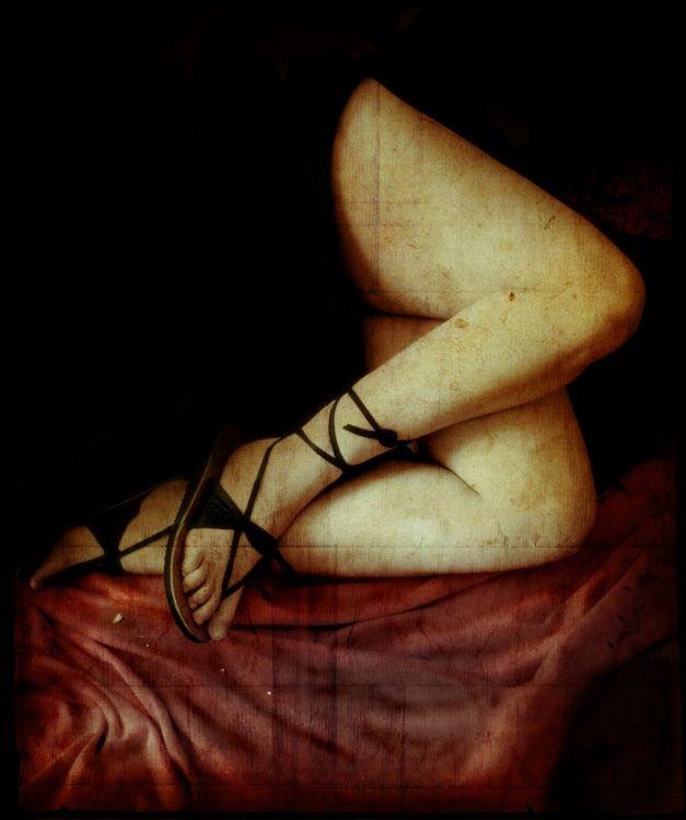 As pernas: as pérgolas, os caminhos que do corpo no corpo desaguam gladíolos postos no seu cimo modelados na pele das pessoas. As pernas: as pérgolas  os rios que no sangue perturbam  os gerâneos  e nas coxas alastram o seu estio  dobrando os nervos na curva dos joelhos   (Maria Teresa Horta... as pernas) (Photo: Carla Salgueiro)